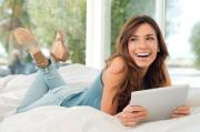 Frau mit Tablet / Zum Vergrößern auf das Bild klicken